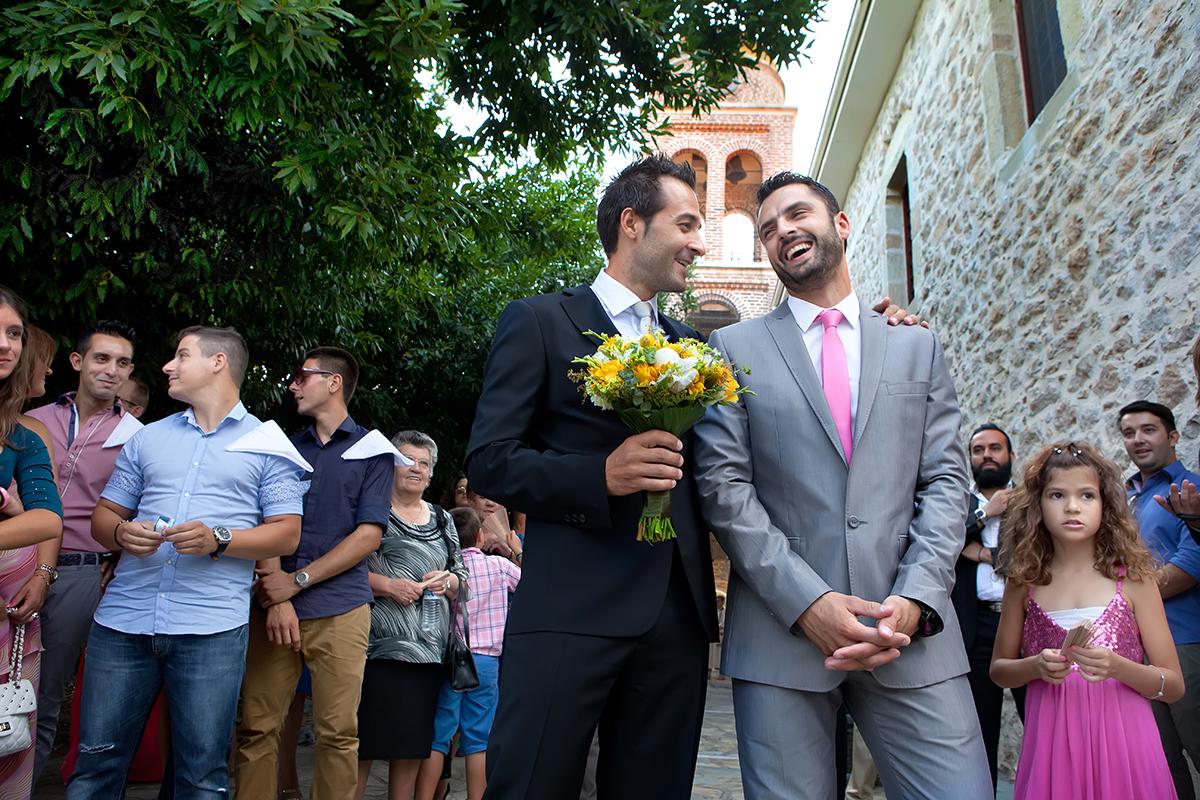 η φωτογράφηση γάμου της Αλεξάνδρας και του Alex ,γαμπρός και κουμπάρος χαμογελαστοί ,περιμένουν τη νύμφη