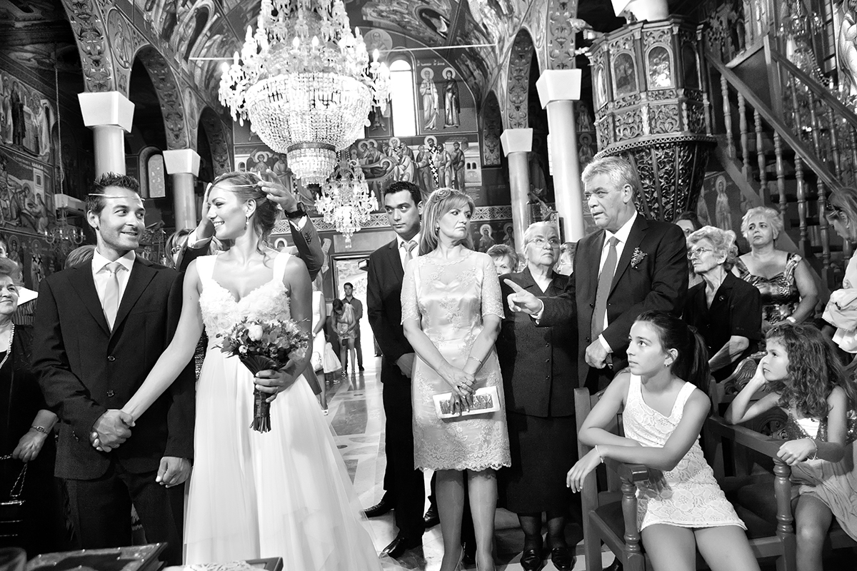 η φωτογράφηση γάμου της Αλεξάνδρας και του Alex ,ασπρόμαυρη φωτογραφία γάμου μέσα από την εκκλησία αλλάζουν τα στέφανα οι κουμπαροι