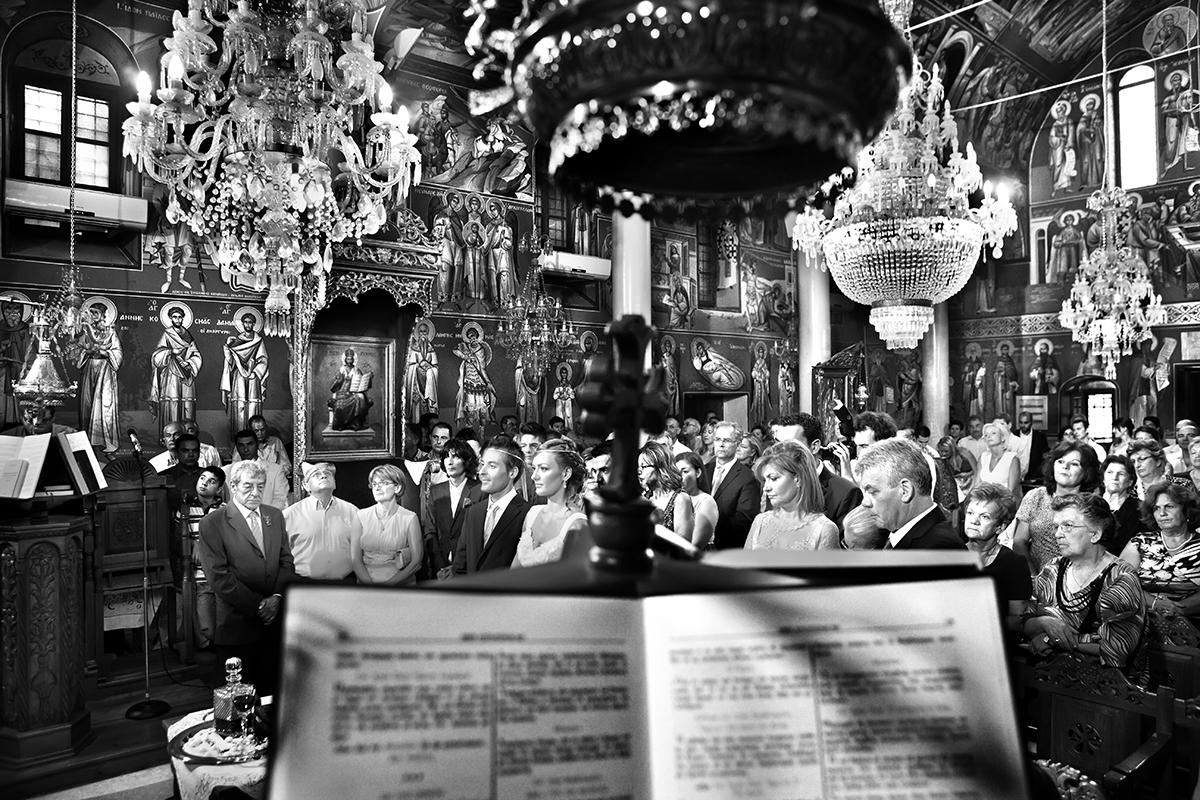 η φωτογράφηση γάμου της Αλεξάνδρας και του Alex ,γενική ασπρόμαυρη φωτογραφία γάμου μέσα από την εκκλησία