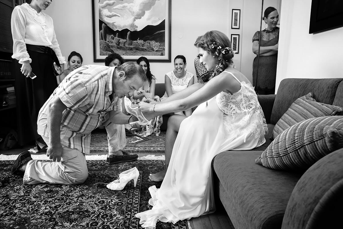 η φωτογράφιση γάμου της Δέσποινας και του Νίκου ,ο πατέρας φιλάει το πόδι της νύφης,φωτογραφια γάμου από τη θεσσαλονίκη,