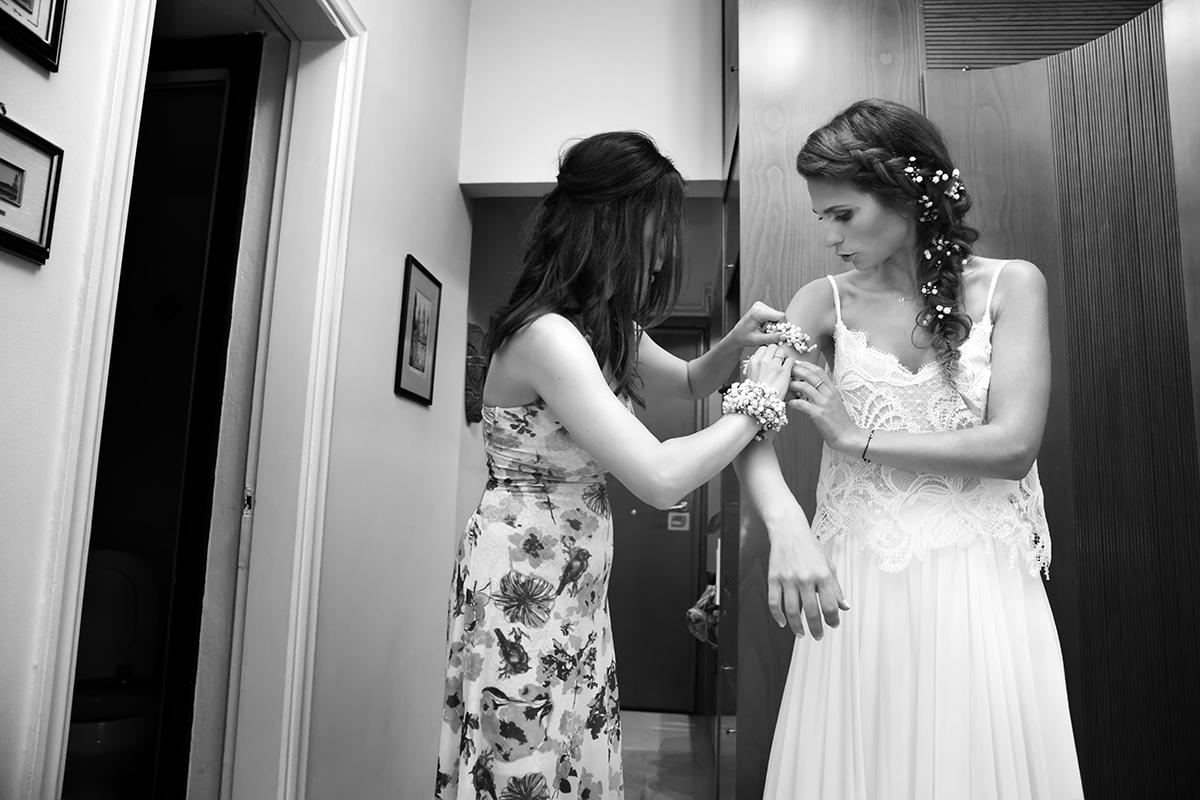 η φωτογράφιση γάμου της Δέσποινας και του Νίκου ,η κουμπαρα βοηθάει τη νύφη από φωτογράφιση γάμου στη θεσσαλονίκη.