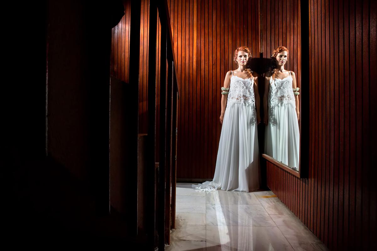 η φωτογράφιση γάμου της Δέσποινας και του Νίκου ,η νύφη αντανακλάται στον καθρέπτη της πολυκατοικίας,φωτογραφία γάμου από την προετοιμασία της νύφης στη πόλη της θεσσαλονίκης. τ