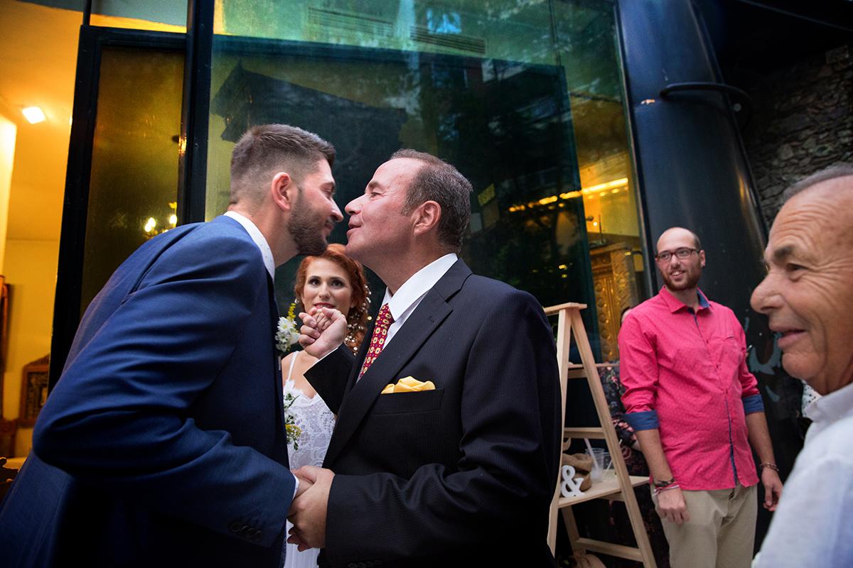 η φωτογράφιση γάμου της Δέσποινας και του Νίκου ,ο πατέρας της νύφης φιλάει τον γαμπρό,φωτογραφία γάμου στο ναό του Ιωάννη του Προδρόμου στην πόλη της Θεσσαλονίκης.