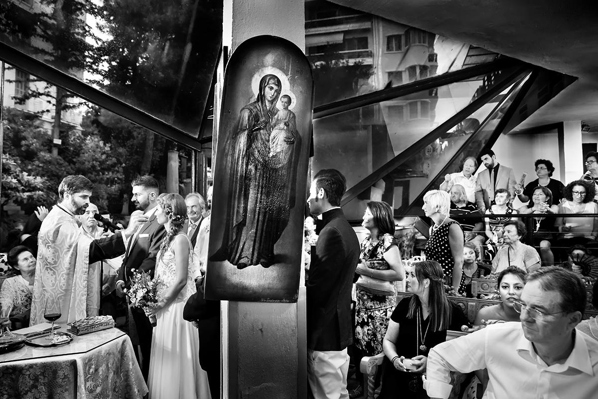 η φωτογράφιση γάμου της Δέσποινας και του Νίκου ,στη μέση η παναγία ,αριστερά το ζευγάρι και δεξιά ο κόσμος από φωτογράφιση γάμου στη Θεσσαλονίκη.