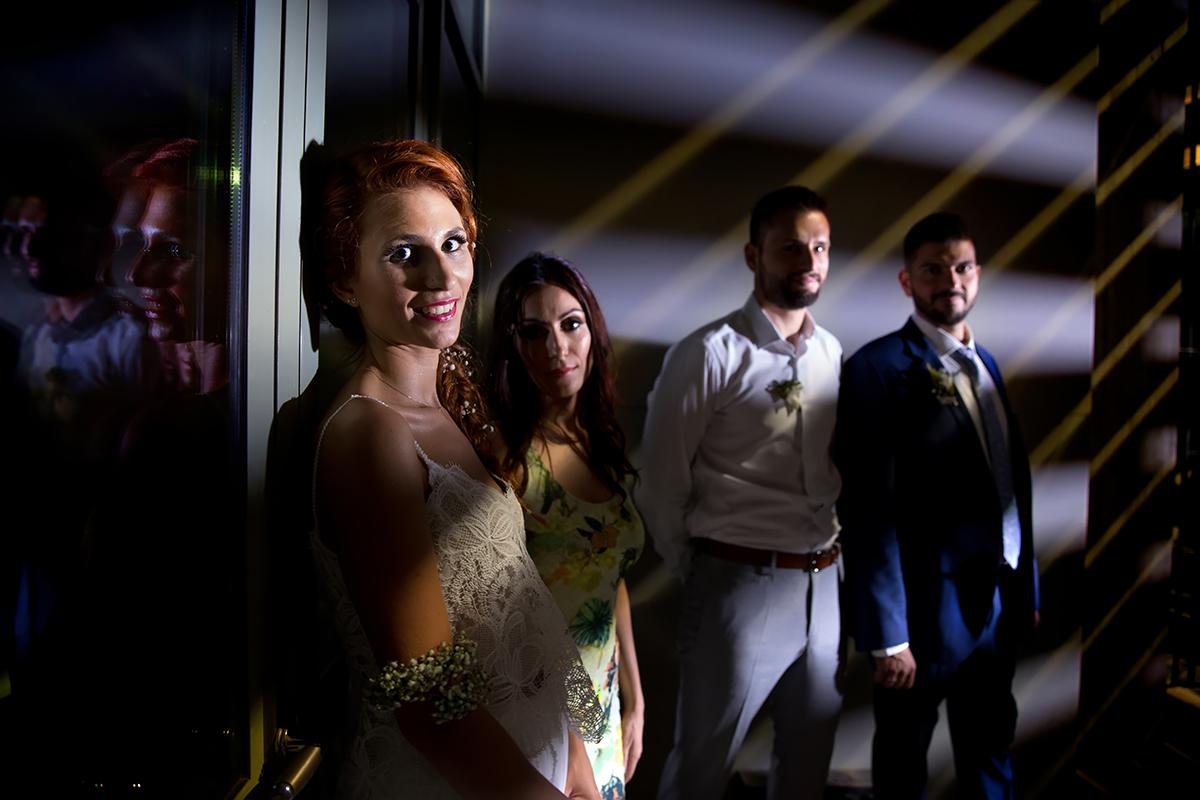η φωτογράφιση γάμου της Δέσποινας και του Νίκου ,κίτρινο χρώμα πέφτει από τις γρίλιες στα πρόσωπα των κουμπαρων και του ζευγαριού,από φωτογράφιση γάμου στο δημαρχείο της Θεσσαλονίκης.