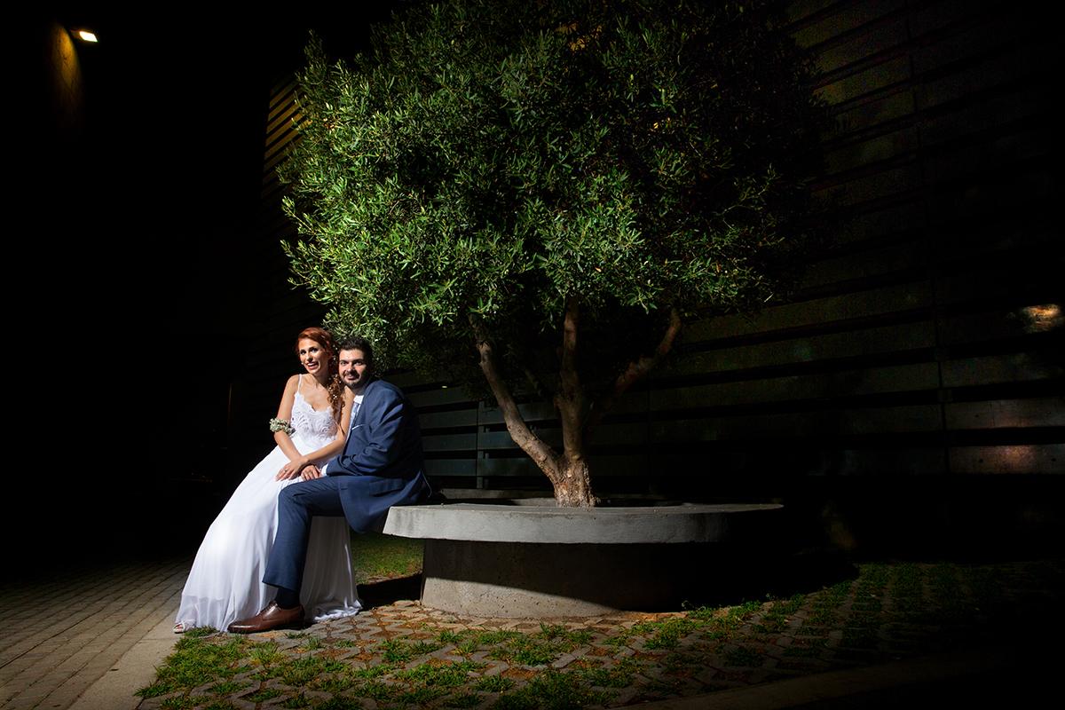 η φωτογράφιση γάμου της Δέσποινας και του Νίκου .το ζευγάρι φωτογραφίζεται κάτω από ένα δέντρο στο δημαρχείο της Θεσσαλονίκης.