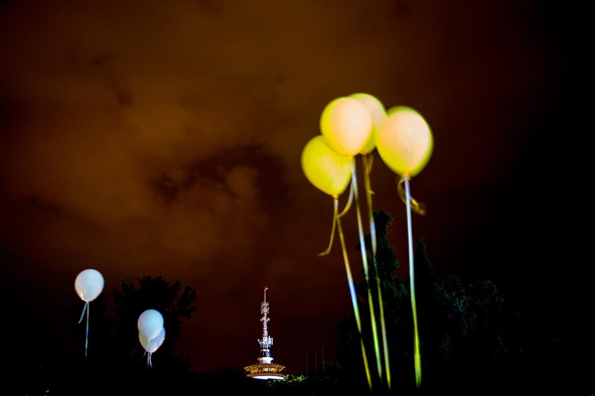 η φωτογράφιση γάμου της Δέσποινας και του Νίκου ,φωτογραφία γάμου ,κίτρινα μπαλόνια στον αέρα της θεσσαλονίκης ,φωτογραφία από τη δεξίωση.