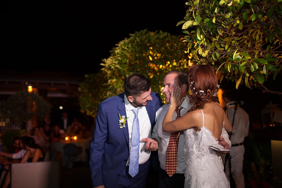 η φωτογράφιση γάμου της Δέσποινας και του Νίκου.η νύφη ακουμπάει το μάγουλο του πατέρα της που συγκινήθηκε και ο γαμπρός του πιάνει το χέρι.