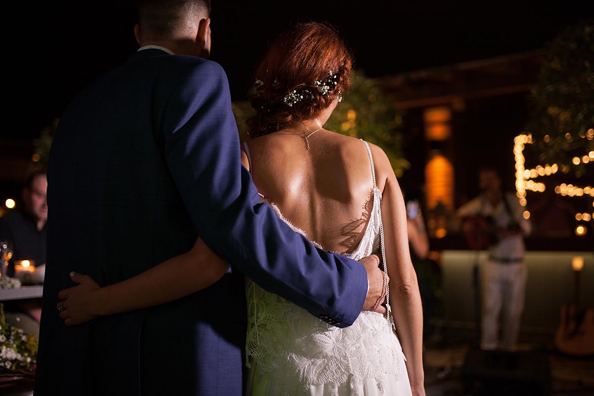 η φωτογράφιση γάμου της Δέσποινας και του Νίκου.φωτογραφία γάμου από τη δεξίωση,κοντινό στις πλάτες του ζευγαριού