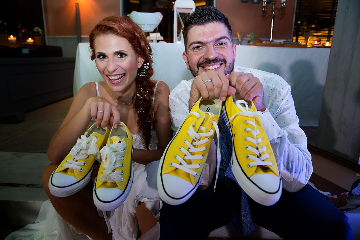 η φωτογράφιση γάμου της Δέσποινας και του Νίκου.το νεόνυμφο ζευγάρι δείχνει τα κίτρινα σταράκια,φωτογραφία γάμου από τη δεξίωσή τους.