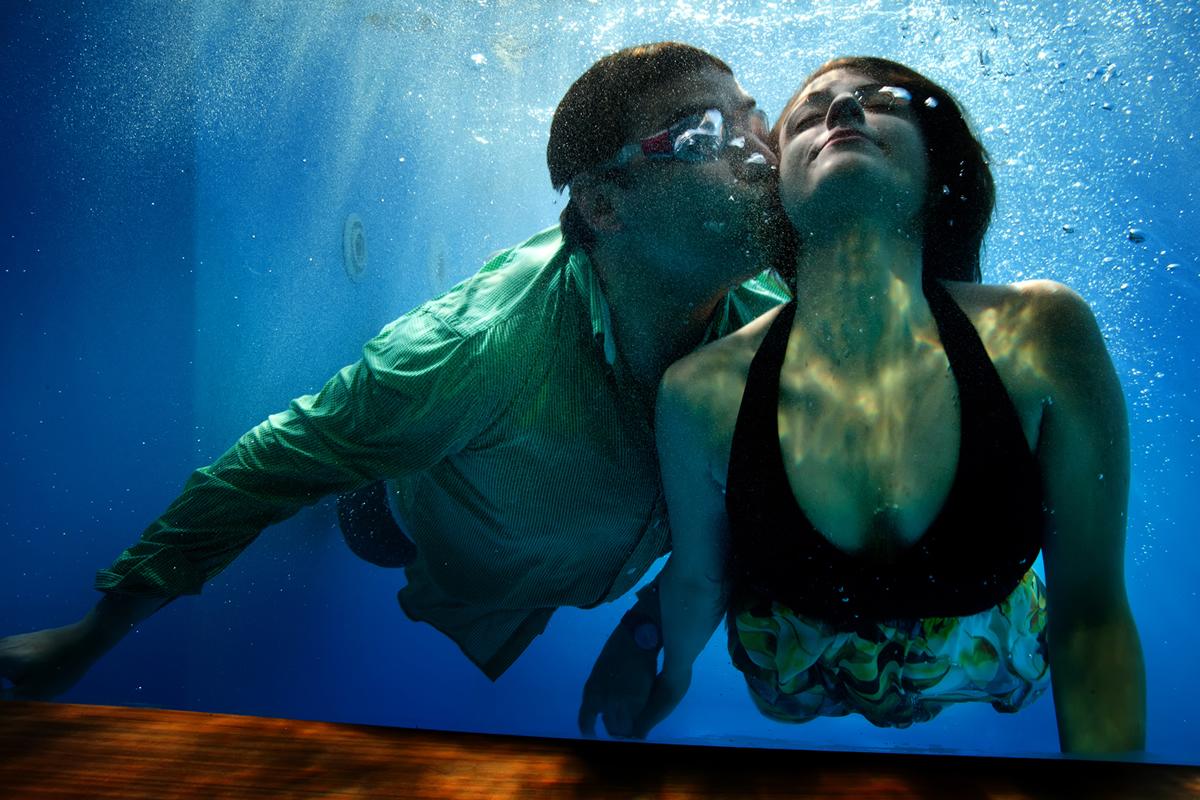 φωτογραφία γάμου από το  νησί της Λευκάδας ,φωτογραφία γάμου.Ζευγάρι μέσα σε πισίνα