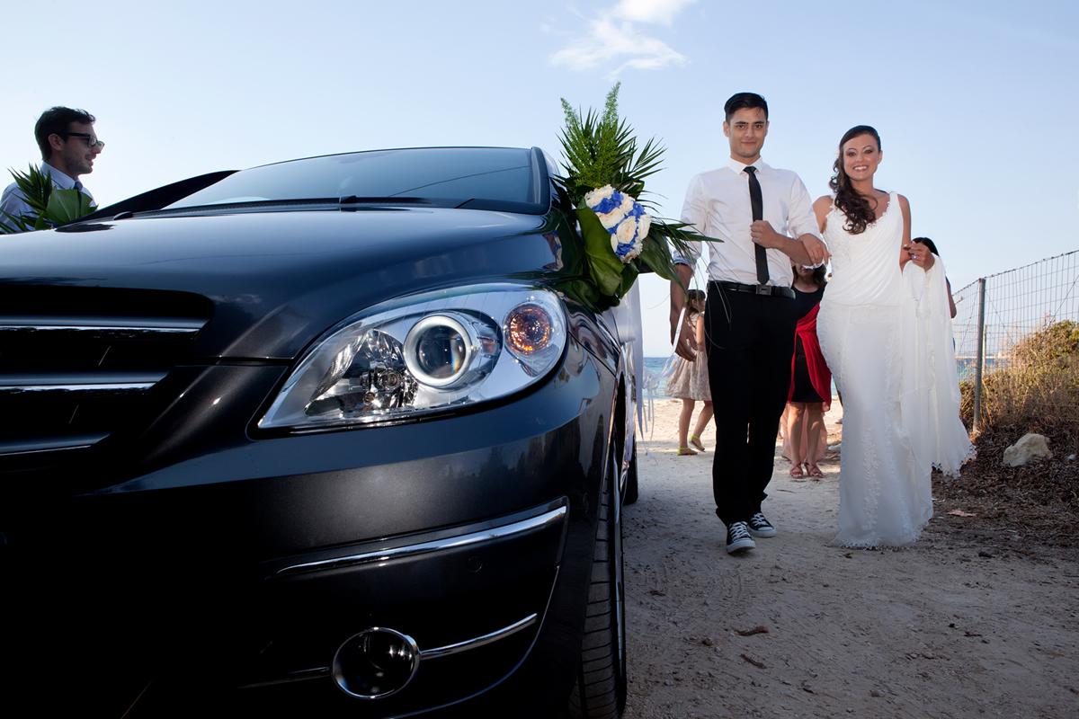 φωτογράφηση γάμου στη Λευκάδα ,ο αδελφός αγκαζέ με την αδελφή του έξω από το αυτοκίνητο