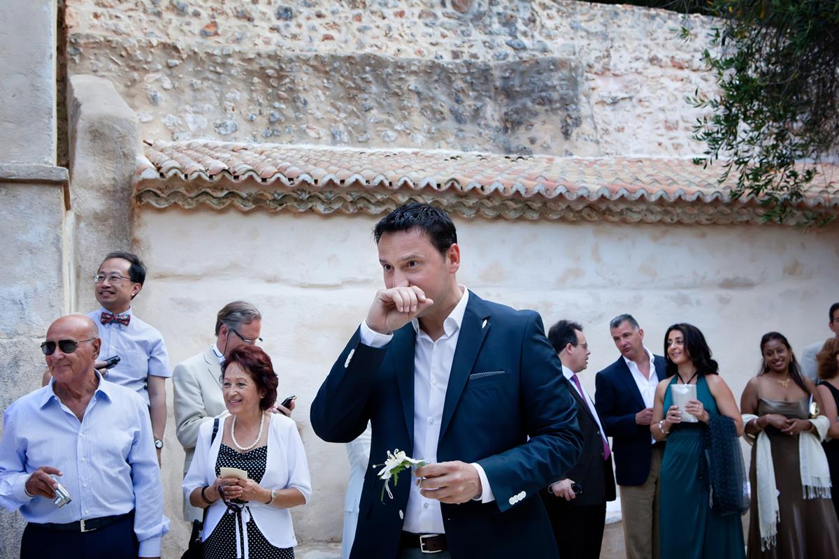 φωτογράφηση γάμου στη Λευκάδα ,ο γαμπρός δακρύζει βλέποντας την μέλλουσα γυναίκα του.