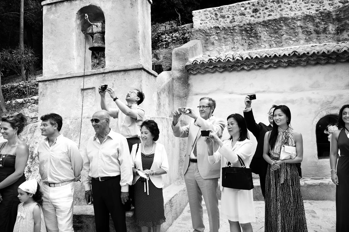 φωτογράφηση γάμου στη Λευκάδα ,οι καλεσμένοι βγάζουν φωτογραφία με τα κινητά τους την είσοδο της νύφης στην εκκλησία.