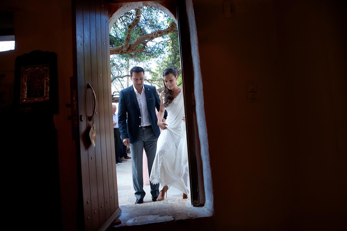 φωτογράφηση γάμου στη Λευκάδα ,το ζευγάρι περνά το κατώφλι της εκκλησίας.