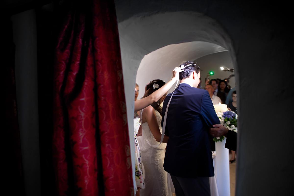 φωτογράφηση γάμου στη Λευκάδα,ο χορός του Ισαία, ο φωτογράφος γάμου φωτογραφίζει μέσα από το ιερό