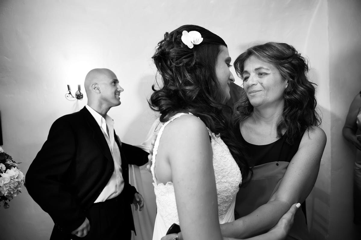 φωτογράφηση γάμου στη Λευκάδα ,η νύφη αγκαλιάζεται από την μητέρα της
