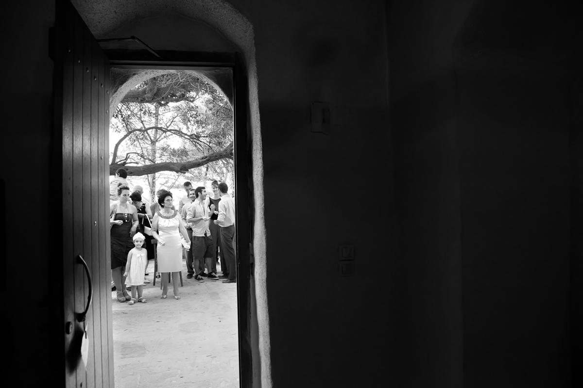φωτογράφηση γάμου στη Λευκάδα,οι καλεσμένοι στο προαύλιο της εκκλησίας, ο φωτογράφος βρίσκεται μέσα σε αυτήν