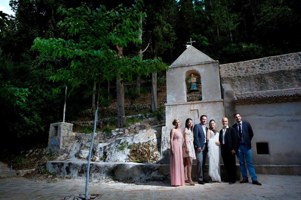 φωτογράφηση γάμου στη Λευκάδα ,το ζευγάρι με τους κουμπάρους σε κλασική φωτογραφία γάμου