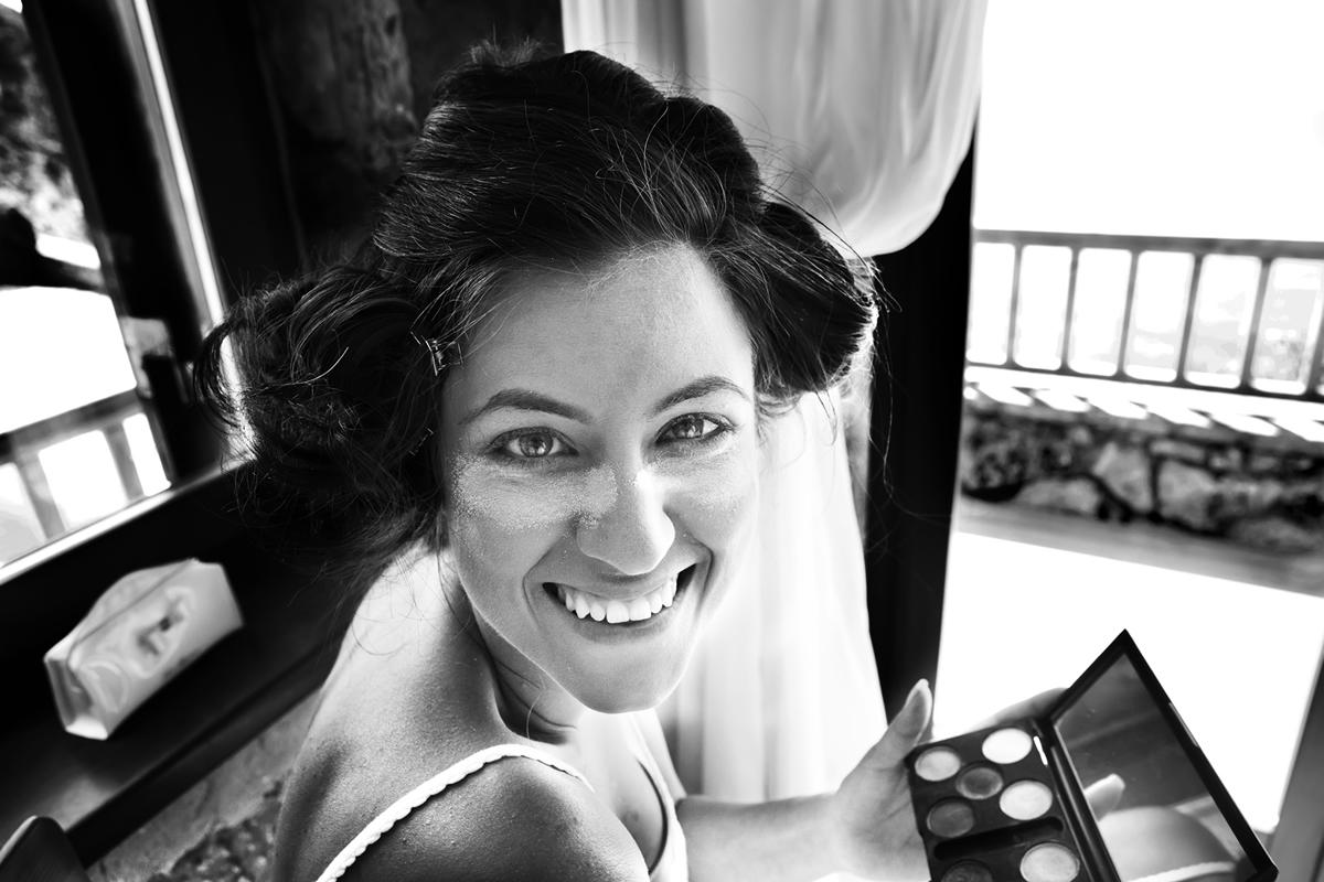 φωτογραφία γάμου από το  νησί της Λευκάδας ,φωτογραφίες από την προετοιμασία της νύφης , η νύφη με πούδρα κάτω από τα μάτια της