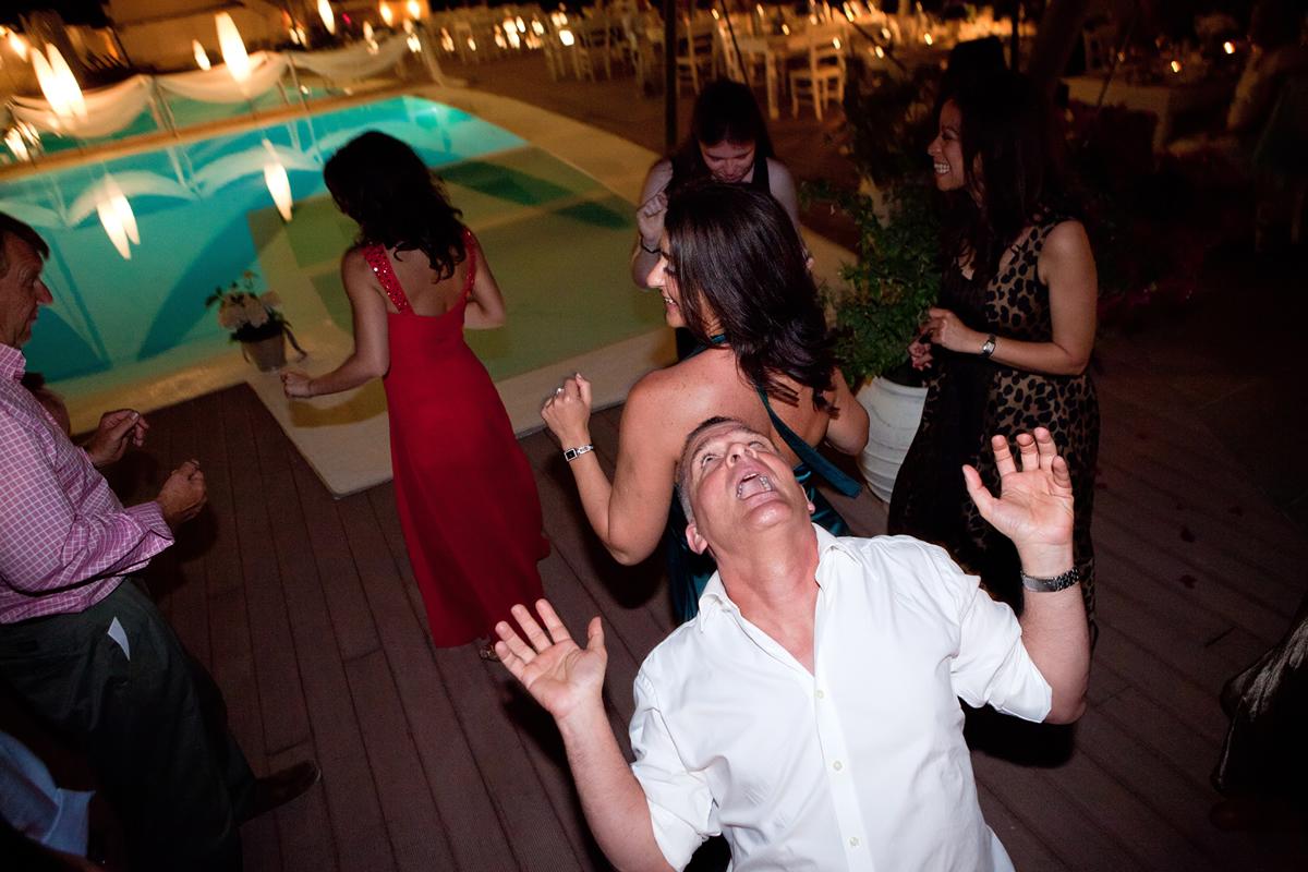 φωτογραφίες γάμου από την λευκάδα.καλεσμένος χορεύει