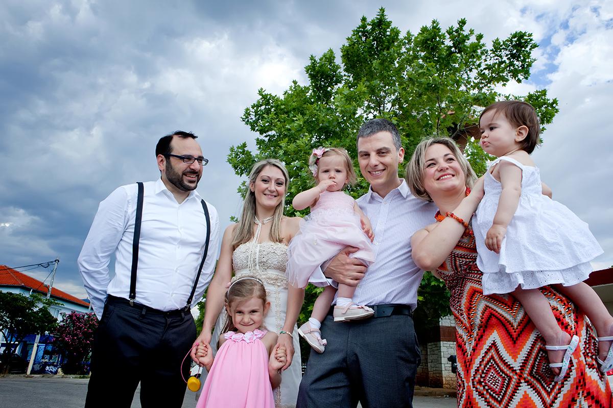 φωτογράφηση βάπτισης στο Πανόραμα της Θεσσαλονίκης .οικογενειακή φωτογραφία έξω από το ναό του Πανοράματος, φωτογράφος γάμου από Θεσσαλονίκη.