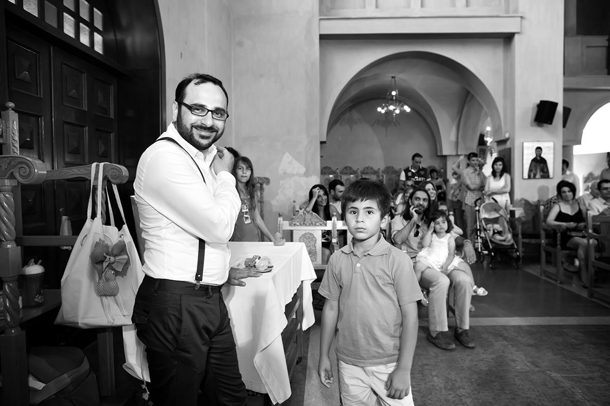 φωτογραφία βάπτισης.ο πατέρας κι ένας μικρός φίλος, φωτογράφος γάμου από Θεσσαλονίκη.