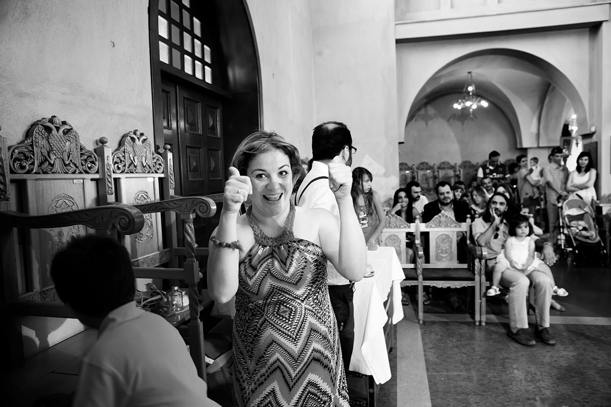 φωτογραφία βάπτισης.η μητέρα της Ελένης με τους αντίχειρες ανασηκωμένους , δηλώνει πανευτυχής.