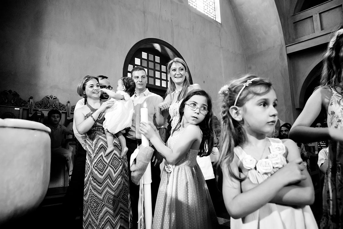 φωτογραφία βάπτισης.ασπρόμαυρη φωτογραφία των παιδιών της βάπτισης, φωτογράφος γάμου από Θεσσαλονίκη.