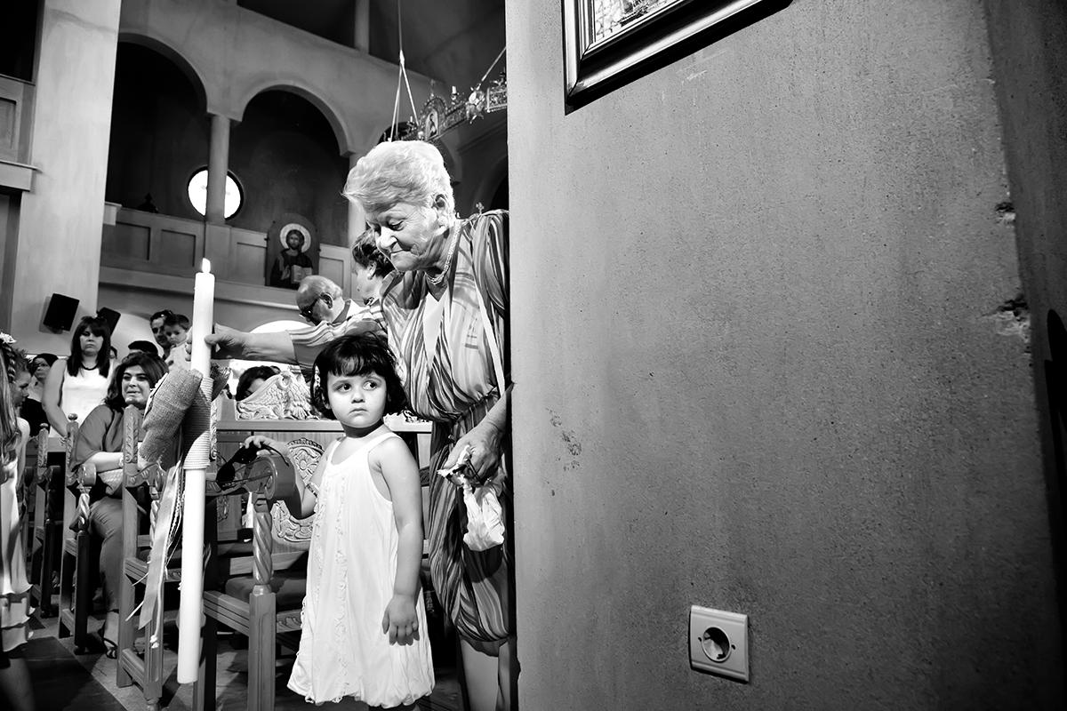 φωτογραφία βάπτισης.ασπρόμαυρη φωτογραφία της γιαγιάς με ένα παιδί, φωτογράφος γάμου από Θεσσαλονίκη.