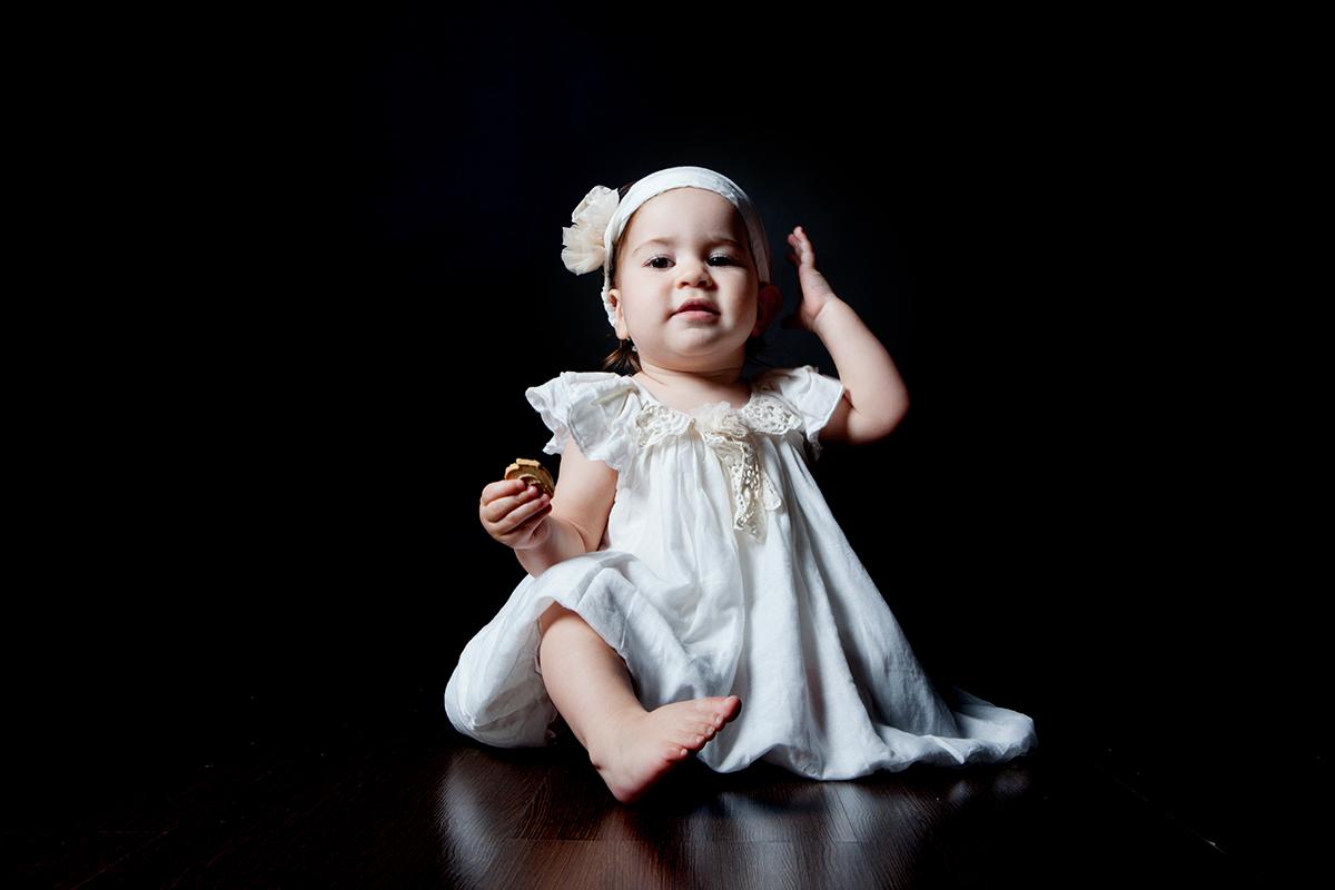 φωτογράφηση βάπτισης στη Θεσσαλονίκη .Η μικρή Ελένη φωτογραφίζεται στο στούντιο