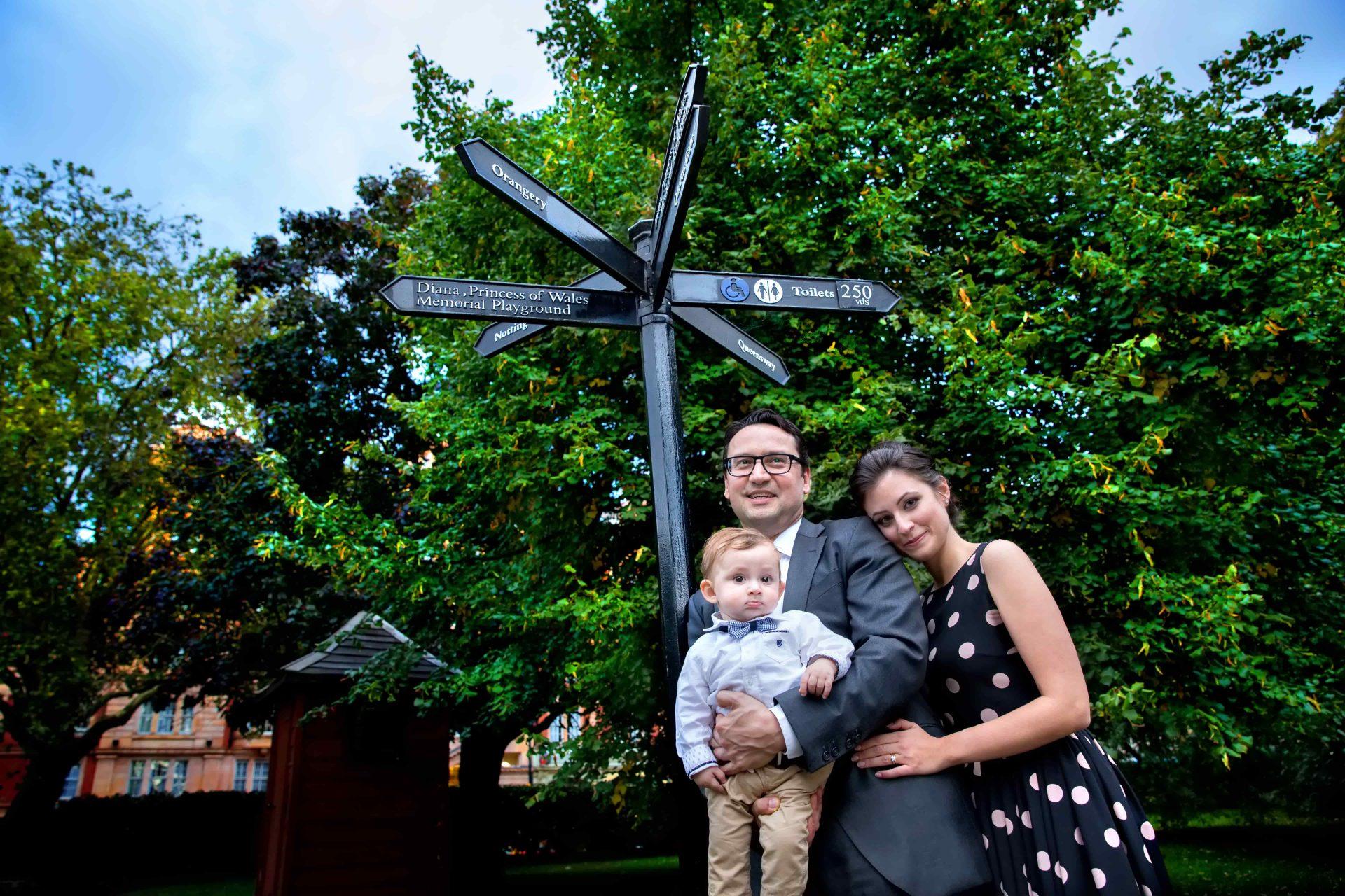 φωτογράφηση βάπτισης στο Λονδίνο ,το ζεύγος με τον μικρό Φίλιππο στο πάρκο.