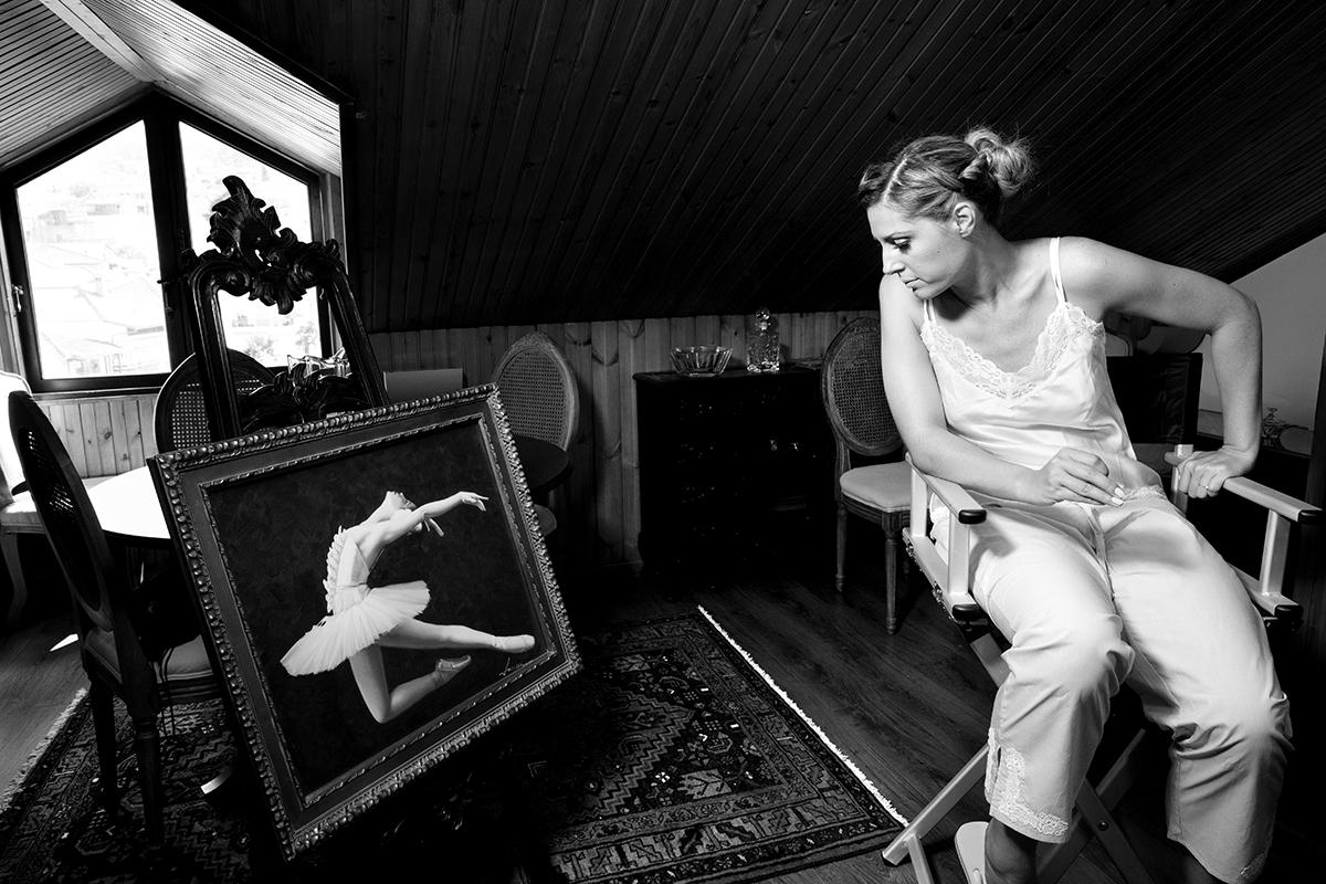 Η ξεχωριστή φωτογράφηση γάμου του Νικου και της Μαριας.ασπρόμαυρη φωτογραφία γάμου.η νύφη κοιτάει πίνακα ζωγραφικής.