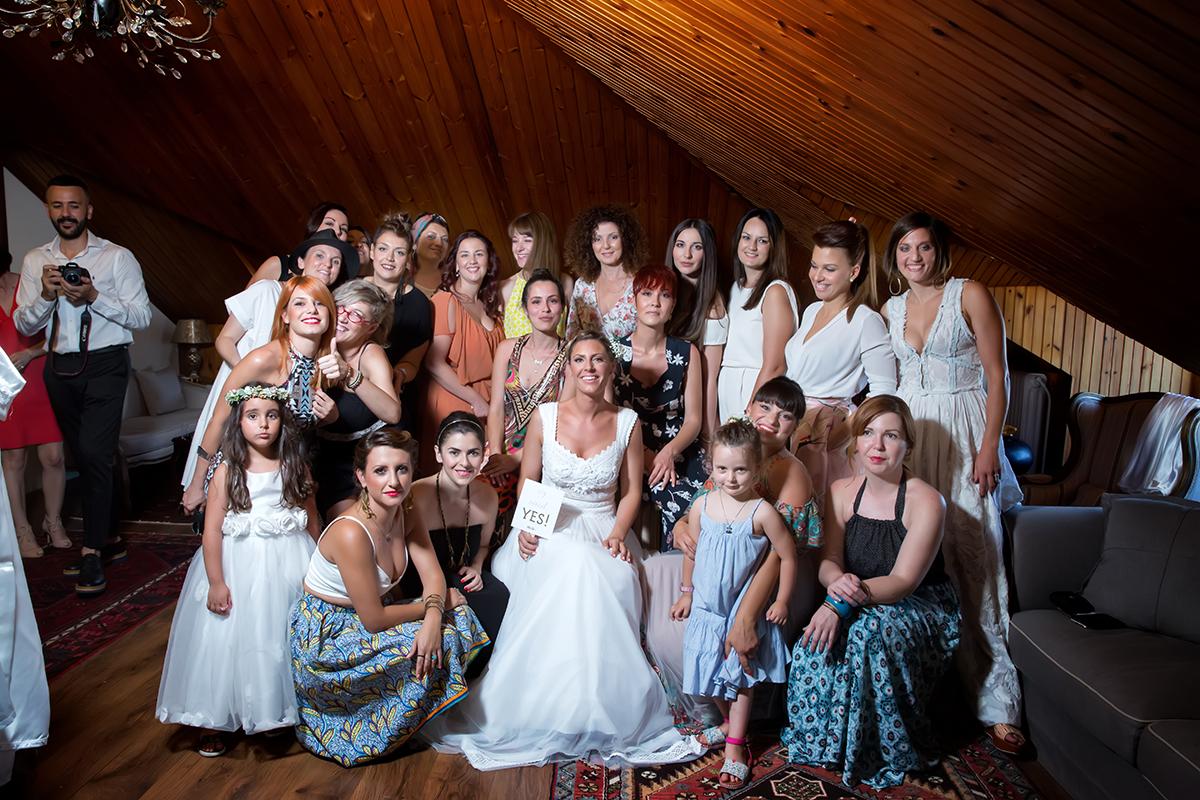 Η ξεχωριστή φωτογράφηση γάμου του Νικου και της Μαριας.κλασική πόζα γάμου,η νύφη περιτριγυρισμένη από τις φίλες της.