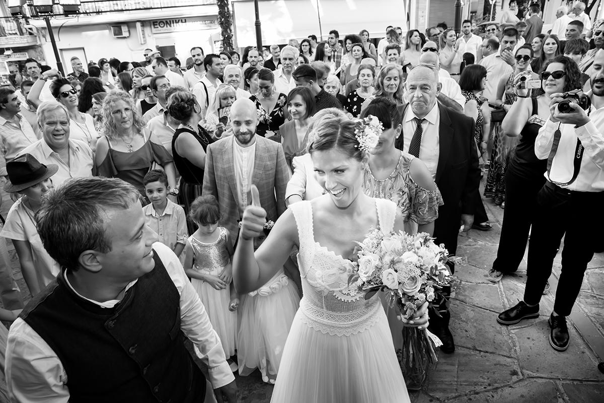 Η ξεχωριστή φωτογράφηση γάμου του Νικου και της Μαριας,η νύμφη με τον αντίχειρά της σηκωμένο ,βλέπει κατάματα τον γαμπρό.
