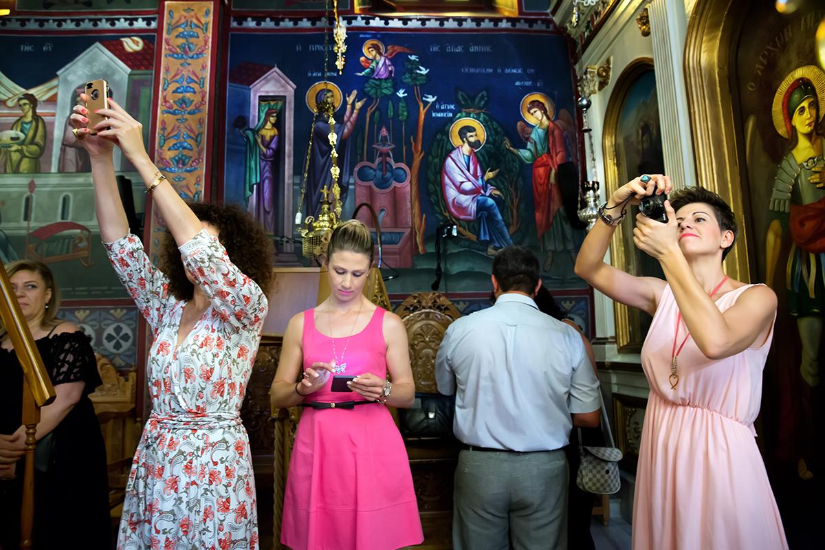Η ξεχωριστή φωτογράφηση γάμου του Νικου και της Μαριας.φίλοι του ζευγαριού φωτογραφίζουν το νεόνυμφο ζεύγος ,μέσα στην εκκλησία.