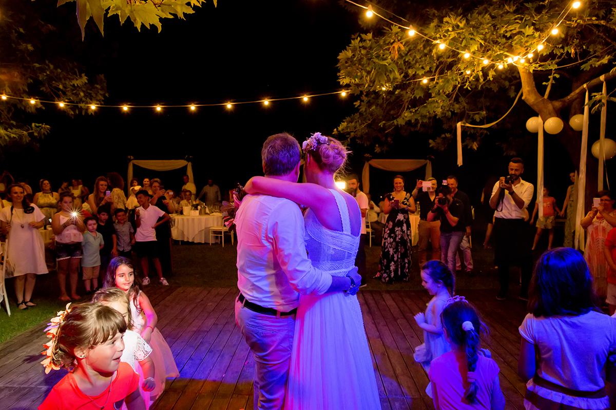 ξεχωριστή φωτογράφηση γάμου του νικου και της μαριας,οι νεόνυμφη ευχαριστούν τους καλεσμένους ,ωραία φωτογραφία γάμου