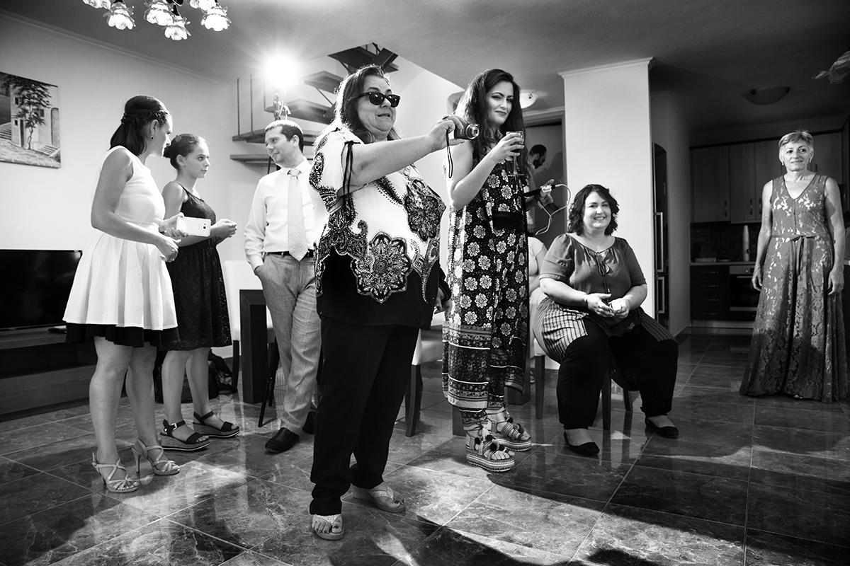 Ο γάμος της Ναυσικάς και του Σάββα. Φωτογράφιση γάμου.γάμος πολιτικός.φίλη βγάζει φωτογραφία