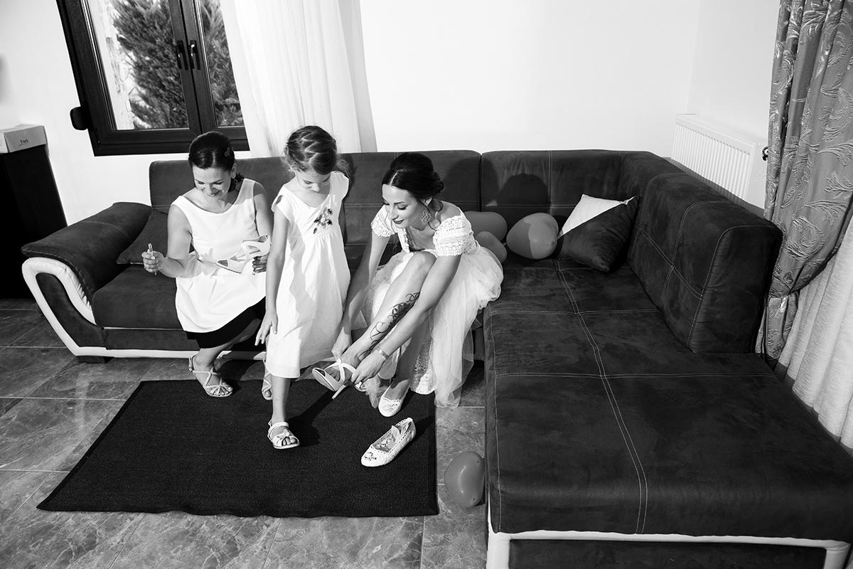 Ο γάμος της Ναυσικάς και του Σάββα. Φωτογράφιση γάμου.η νύφη βάζει το παπούτσι
