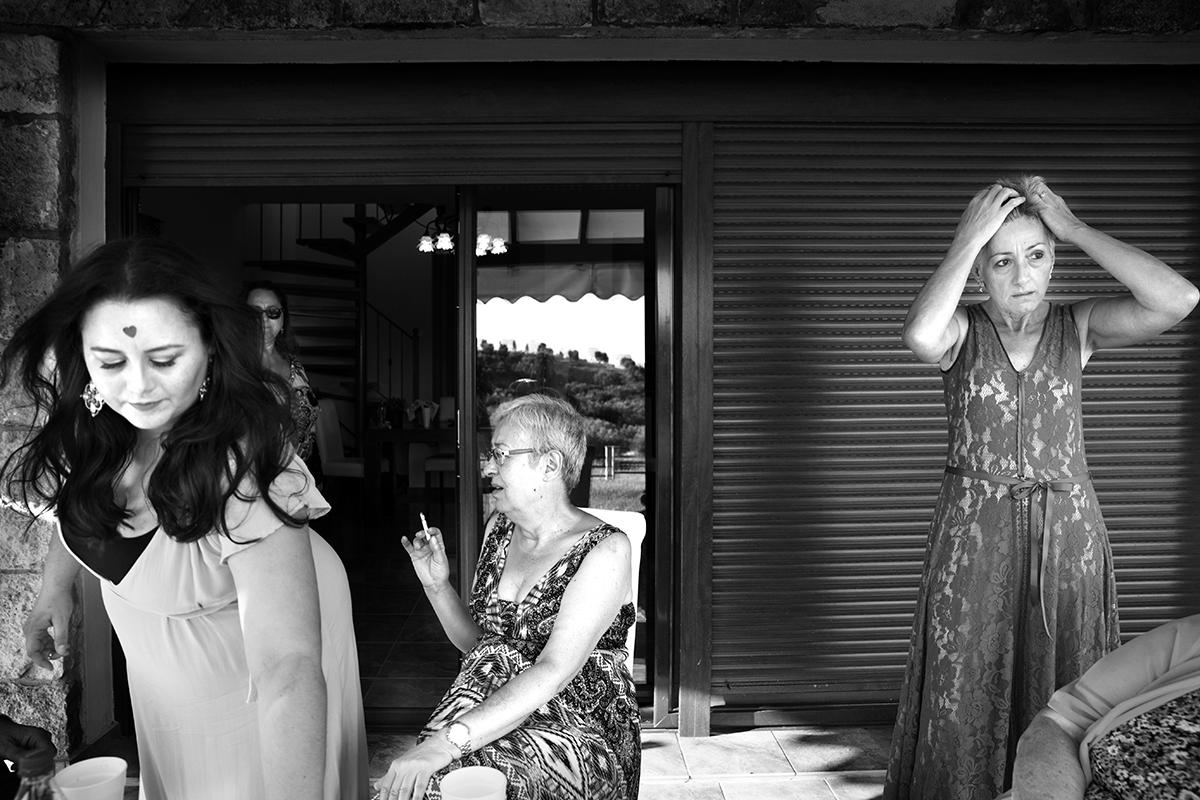Ο γάμος της Ναυσικάς και του Σάββα. Φωτογράφιση γάμου.λίγο πριν το γάμο οι φίλες ετοιμάζονται