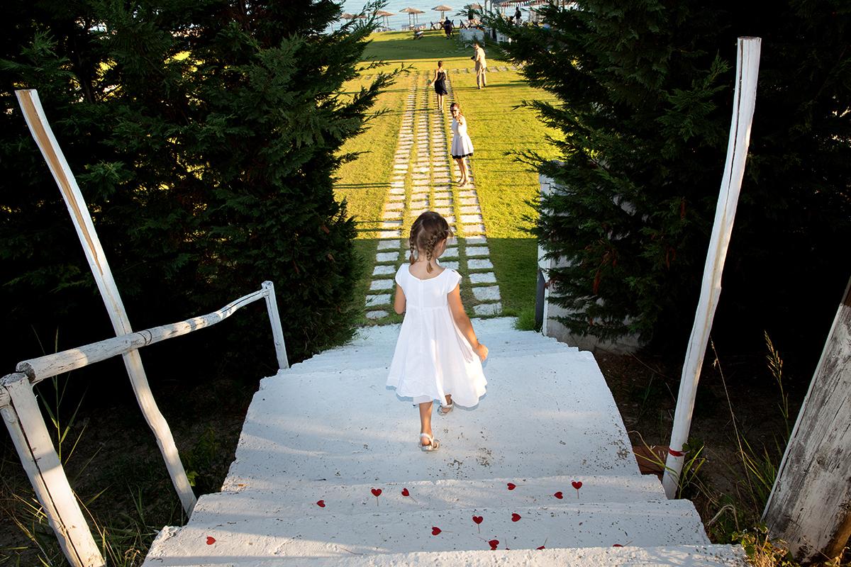 Ο γάμος της Ναυσικάς και του Σάββα. Φωτογράφιση γάμου.φωτογραφία πολιτικού γάμου. Παρανυφάκι κατεβαίνει τις σκάλες.