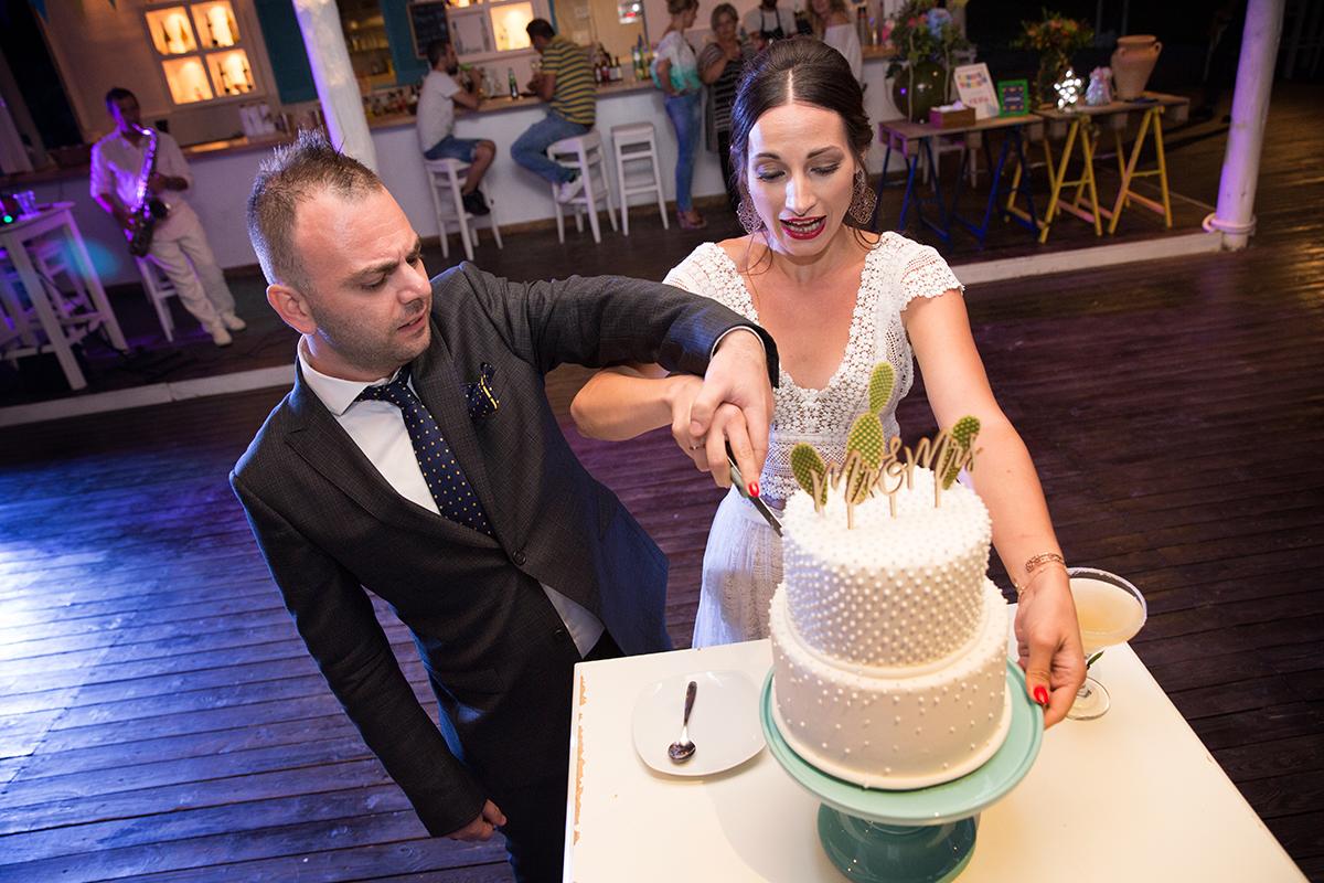 Ο γάμος της Ναυσικάς και του Σάββα. Φωτογράφιση γάμου.το ζευγάρι κόβει την τούρτα