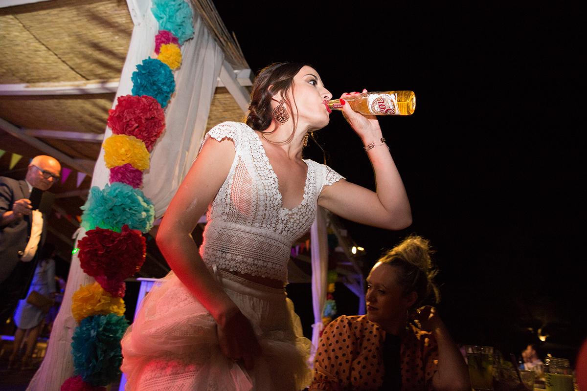 Ο γάμος της Ναυσικάς και του Σάββα. Φωτογράφιση γάμου.Η νύφη πίνει μπύρα