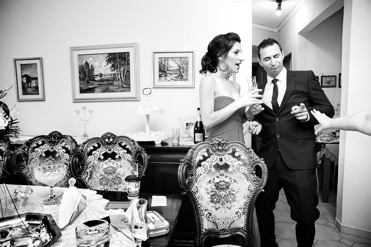 ο αδελφός της νύφης χορεύει στο σαλόνι ,δίπλα του η σύντροφός του .ασπρόμαυρη φωτογραφία γάμου στην πόλη της θεσσαλονίκης.φωτογραφία γάμου.Ο γάμος της Ροζμαρί και του Μάκη