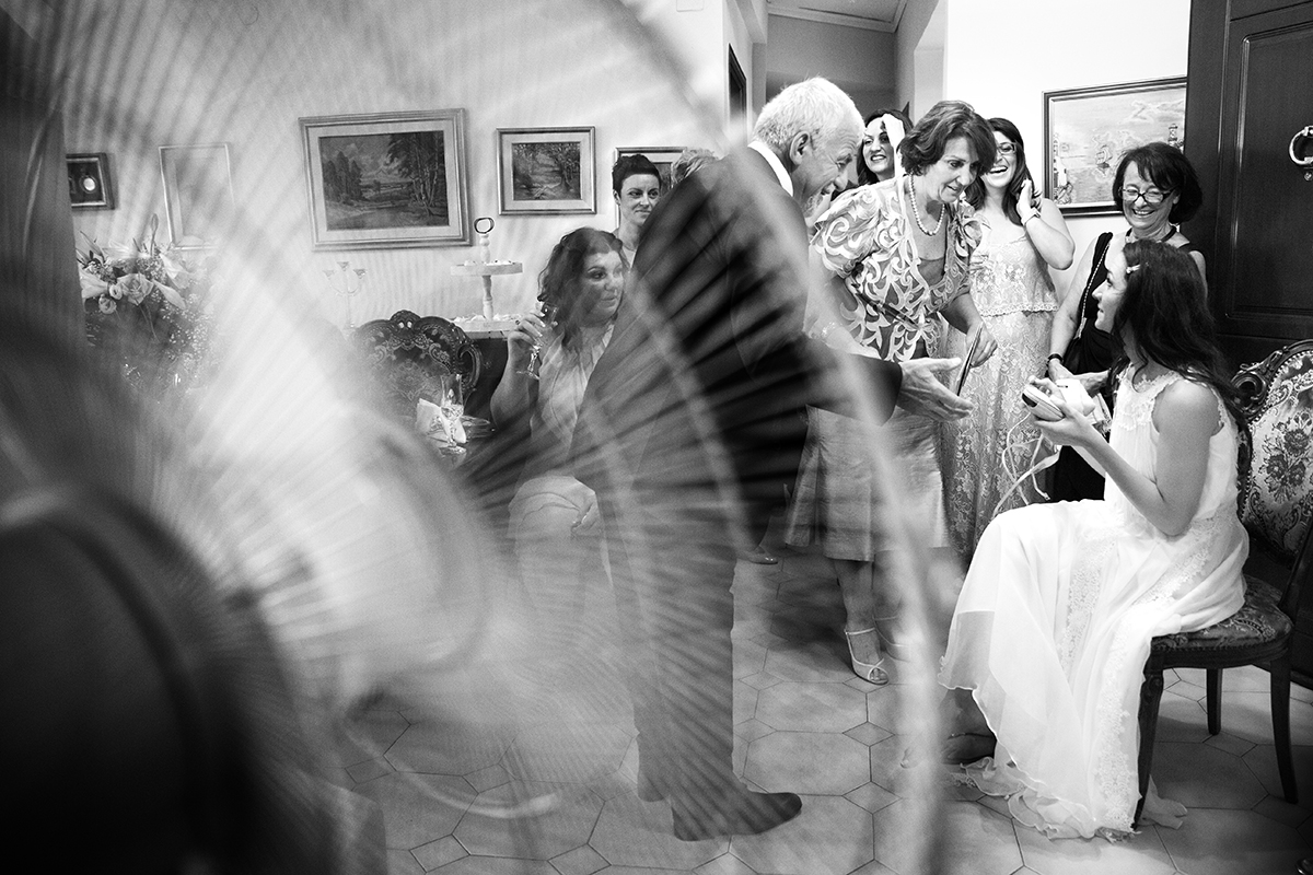 ασπρόμαυρη φωτογραφία γάμου ,η νύφη γράφει τα ονόματα των ανύπαντρων φίλων της.φωτογραφία γάμου.Ο γάμος της Ροζμαρί και του Μάκη