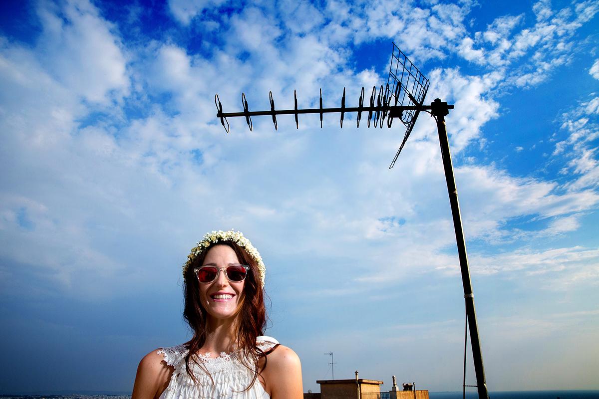 φωτογραφία γάμου.Ο γάμος της Ροζμαρί και του Μάκη.η νύφη στη ταράτσα και πίσω από αυτήν,μια κεραία τηλεόρασης.φωτογράφιση γάμου σε ταράτσα της θεσσαλονίκης.