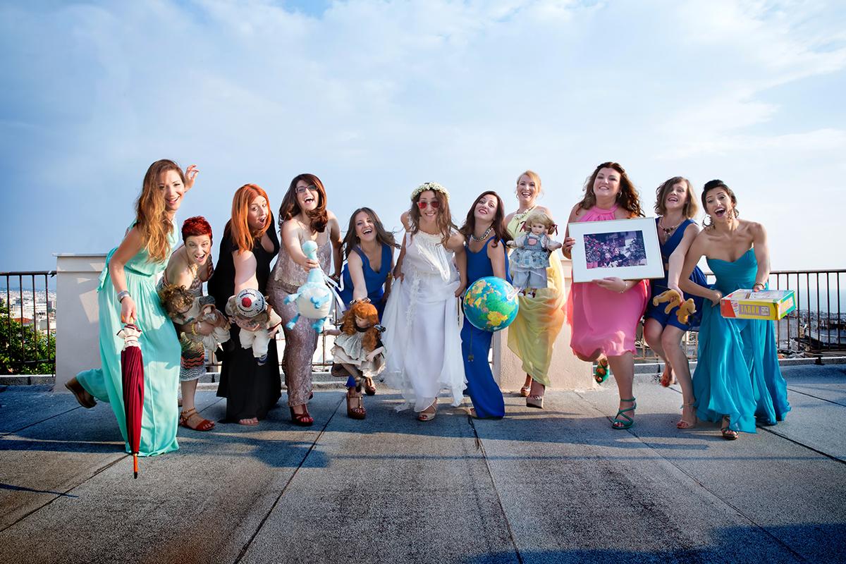 φωτογραφία γάμου.Ο γάμος της Ροζμαρί και του Μάκη.φίλες και η νύφη τρέχουν προς τον φωτογραφικό φακό.φωτογράφιση γάμου σε ταράτσα της θεσσαλονίκης.