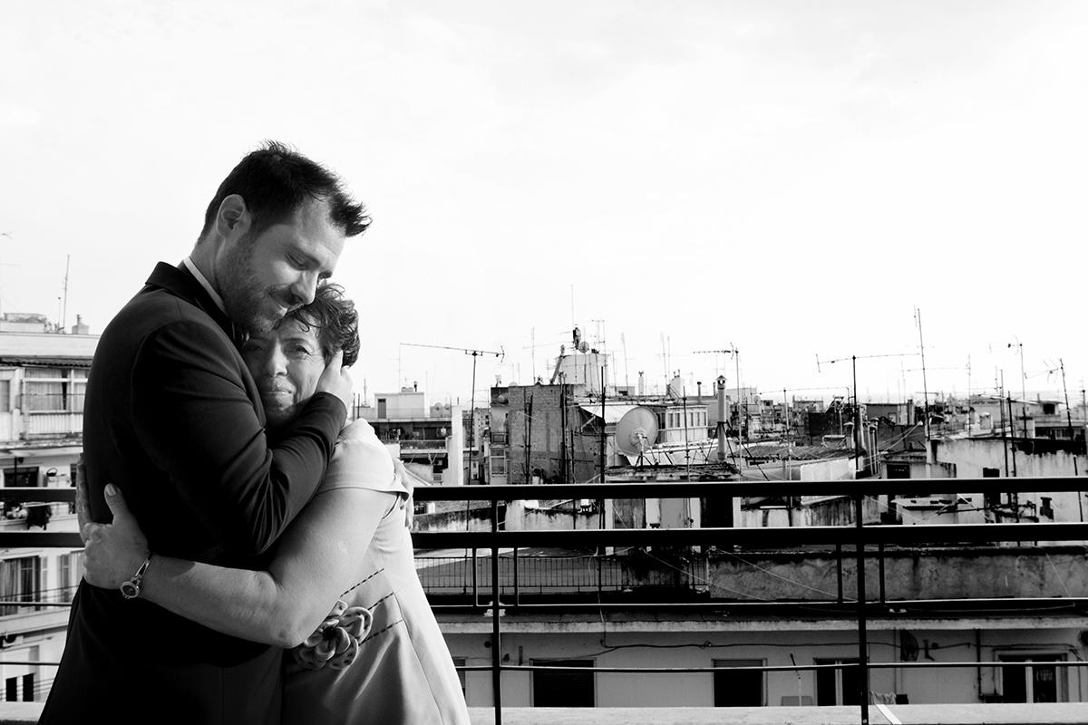 φωτογραφία γάμου.Ο γάμος της Ροζμαρί και του Μάκη.ο γαμπρός αγκαλιά με την μητέρα του.στην ταράτσα του ξενοδοχείου,από φωτογράφιση γάμου στη θεσσαλονίκη.