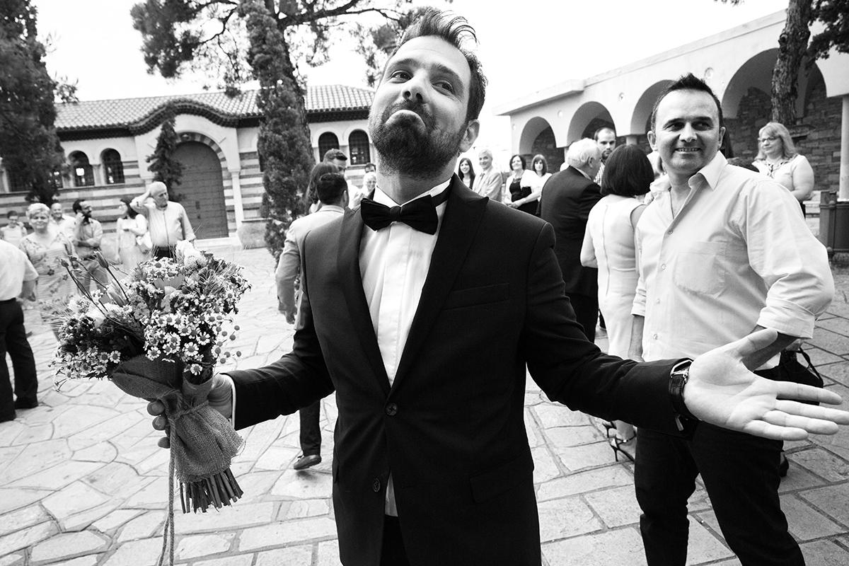 φωτογραφία γάμου.Ο γάμος της Ροζμαρί και του Μάκη.ο γαμπρός με ανοικτά χέρια αδημονεί ,ασπρόμαυρη φωτογραφία γάμου από θεσσαλονίκη.