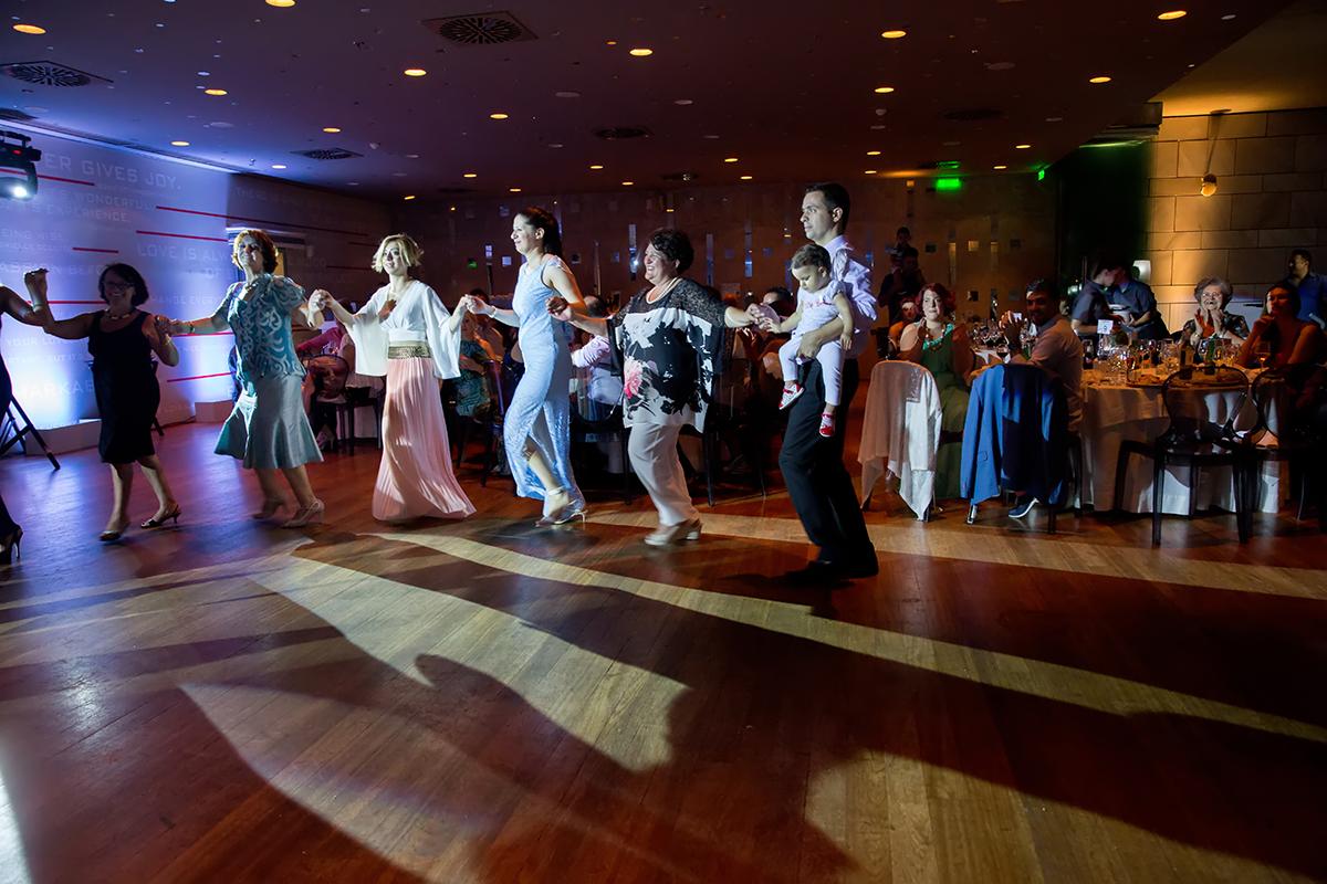 φωτογραφία γάμου από το το μέγαρο μουσικής.φωτογράφος γάμου θεσσαλονίκης βγάζει φωτογραφία τους θείους που χορεύουν παραδοσιακούς χορούς.